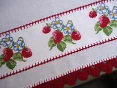 Pano de prato feito em tecido de sacaria alvejado 100% algodão, bem encorpado. Ideal para cozinha.    Com 1 barrinha de etamine bordada ponto cruz a mão.    Barradinho e caseado de crochê com linha Cléa.    Trabalhamos com produtos de qualidade. Mas, não usem alvejante com cloro, pode danificar a... Baby Knitting Patterns, Embroidery Stitches, Napkins, Coin Purse, Crochet, Dish Towels, Crochet Baby Sandals, Tablecloths, Ornaments