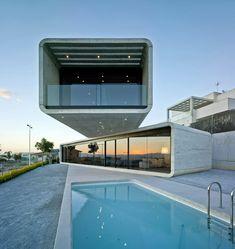 Construído pelo Clavel Arquitectos na La Alcayna, Spain na data 2013. Imagens do David Frutos Ruiz. Num terreno localizado na parte alta de um condomínio na periferia de Murcia, encontra-se a singular casa cruzada, co...