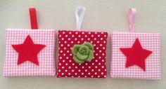 3 luik canvas schilderij (10x10) met ster en groene bloem, van vilt. Kleur stof in roze/wit/rood. Decoratie meisjes babykamer.