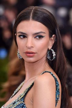 Emily Ratajkowski - See the best hair and make-up from the Met Gala 2017 red carpet in glorious close-up detail Oil Free Eyeliner, Best Eyeliner, Dramatic Eyeliner, Simple Eyeliner, Eyeliner Hacks, Eyeliner Styles, Winged Eyeliner, Emily Ratajkowski, Modern Hairstyles