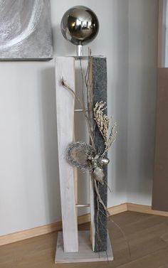 Große Gespaltene Holzsäule, Weiß Gebeizt Und Dekoriert Mit Einem Filzband, Natürlichen  Materialien, Einem Kleinem Hirschkopf, Einer Silberfarbigen Eichel ...