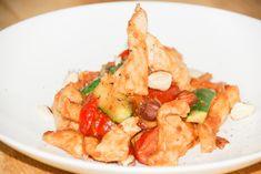 Putenstreifen mit Erdnusssoße - Leckeres Low-Carb Gericht mit Gemüse