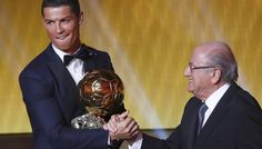 Ronaldo meraih BAllon d'Or FIA 2015 disalami Presiden FIFA, Sepp Blatter. after 2008 ND 2013