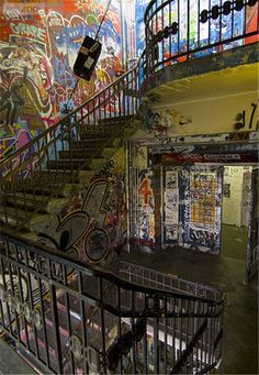 Kunsthaus Tacheles. Centro de arte em Berlim. Edifício abandonado tomado por artistas.