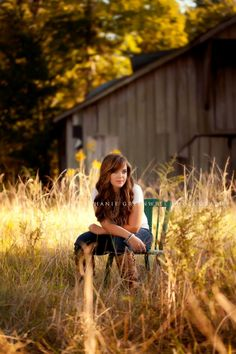 A senior photo with a barn background. stephanie greenwell photography