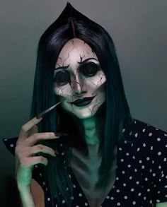 Looking for for inspiration for your Halloween make-up? Browse around this website for creepy Halloween makeup looks. Looks Halloween, Creepy Halloween Makeup, Scary Makeup, Sfx Makeup, Costume Makeup, Halloween Ideas, Halloween Halloween, Scary Halloween Costumes, Makeup Kiko