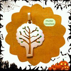 Árvore da Vida : pingente em prata , cravejada de zircones esmeralda.