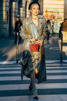 M Ten key pieces for fail-safe spring wardrobeWe break down the latest spring trends to help you build an ultimate capsule wardrobe for spring Fashion Week Paris, Fashion Weeks, Street Fashion, Fashion Spring, Olivia Palermo, Star Fashion, Look Fashion, French Fashion, Neutral Outfit