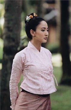 Taew Natapohn in Tai Khun costume Traditional Thai Clothing, Traditional Dresses Designs, Traditional Outfits, Thai Fashion, Folk Fashion, Korean Street Fashion, Thai Wedding Dress, Thai Dress, Natural Clothing