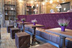Ausgestattet wurde das #Café mit unserer # Vollpolsterbank 40881 in der Ausführung mit Rautensteppung und Knopfheftung, die #Sitzwürfel 10452 passend dazu ebenfalls mit Knopfheftung. Die #Tische 30270 mit der #gedrechselten Säule runden das Bild ab. #Maßanfertigung, #Sonderanfertigung, #Ladenbau, #Gastronomiemöbel