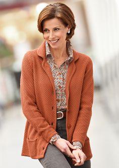 La structure qui anime le blazer en tricot est très tendance, tout comme le col à revers et les grands boutons.