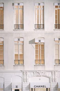 Coco Chanel at 31 Rue Cambon, Paris. Coco Chanel, Chanel Paris, Chanel Logo, Paris Paris, Chanel Black, Outfit Designer, Louis Vuitton Designer, Vitrier Paris, Shades Of White