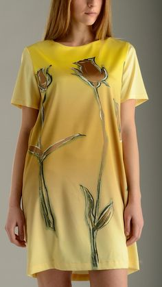 Tulip printed front panel tunic dress in yellow featuring short sleeves, concealed back zip fastening, knee lenght, regular fit, 97% polyester 3% elastan.