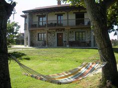 En Asturias, rodeada de verdes praderías y cercana a las playas. Una casa rural cómoda y confortable.