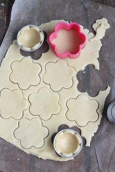 Таня's media content and analytics Chocolate Strawberry Pie, Chocolate Caramel Cheesecake, Chocolate Caramels, Mini Desserts, Delicious Desserts, Dessert Recipes, Cake Decorating Supplies, Cake Decorating Techniques, Sugar Cookie Icing