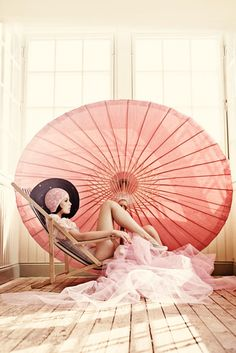 ...( parasol in shades of pink )