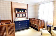 Pensando nos pais de gêmeos, a arquiteta Aline Curvello criou um quarto para facilitar os cuidados com os bebês. Tons fechados em azul, vermelho e verde deixam o ambiente mais elegante. A graça fica por conta do tecido com estampa de cachorrinho