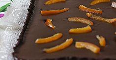 Esta tarta de chocolate y naranja la hice hace unas semanas para la misma fiesta que la tarta San Marcos y se me ocurrió a hacerla a parti...