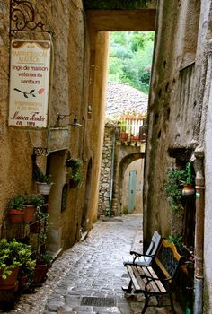 That's not an alleyway -- this the main street of Seillans, France!