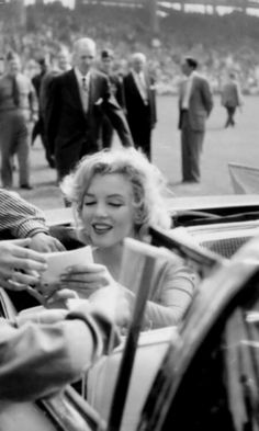 Marilyn Monroe Photo in car Signing autograph Photography Marilyn Monroe #marilynmonroe