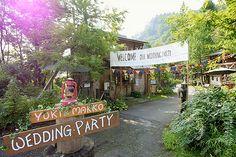 キャンプ場で挙げるアウトドアウェディング!DIYで手作りした会場は、野外フェスのように賑やか!花冠にレース仕立てのウェディングドレスをまとって、芝生広場でセレモニー。BBQや野外料理、夜にはキャンプファイヤーなど、アウトドアならではの演出が素敵!