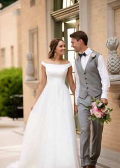 De simpele trouwjurk, want soms is less gewoon more - Weddings Boat Neck Wedding Dress, Off Shoulder Wedding Dress, Wedding Dress Pictures, Wedding Dresses, Stella York, Dress Out, Wedding Planners, Wedding Website, Girls Dream