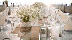 Krásna a elegantná gypsomilka vo vintage vázach, zdobené čipkou a jutovinou.