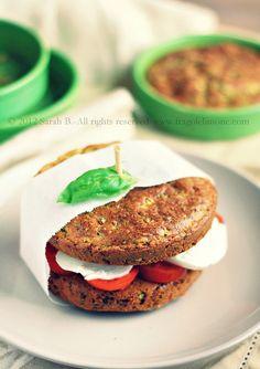 © Sarah Brunella -  Panino vegetariano di pane alle zucchine e salsa al basilico farcito con pomodoro e mozzarella
