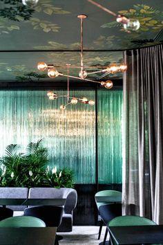 Zdjęcie numer 3 w galerii - Strefa smaku: restauracja Pantai Restaurant Bar, Design Trends, Conference Room, Ceiling, Curtains, Interior Design, Table, Furniture, Hospitality