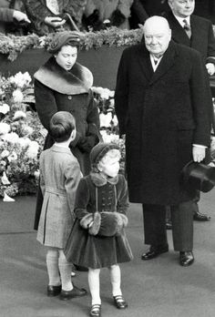 24 Nov 1954 - Elizabeth II of England & Prime Minister, Sir Winston Churchill, wait at Waterloo station for the Queen Mother on her return from a month in America. In front, Prince Charles & Princess Anne Prinz Philip, Prinz Charles, Pictures Of Queen Elizabeth, Queen Elizabeth Ii, English Royal Family, British Royal Families, Princesa Elizabeth, Die Queen, Queen Elizabeth