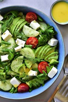 Cucumber, avocado, dill and feta cheese salad. A very light and delicious salad, perfect for a barbecue or simply as an addition to a meat dinner. Avocado Tomato Salad, Cucumber, Best Salad Recipes, I Foods, Feta, Meal Prep, Lunch, Vegetarian, Dinner