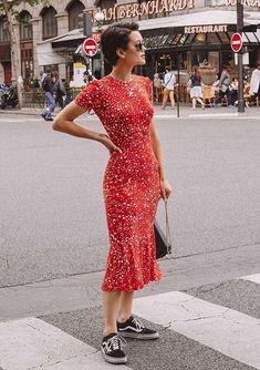 10 inspirações de looks para o dia dos Namorados. Vestido vermelho midi com estampa de estrelas, tênis preto vans