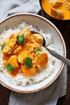 OMG! Einfaches Chicken-Curry mit Kokosmilch, roter Currypaste und Knoblauch ist das perfekte Feierabend-Rezept! Nur 8 Zutaten und in 30 Minuten auf dem Tisch!