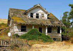Abandoned near Endicott,Washington Old Abandoned Buildings, Abandoned Property, Old Buildings, Abandoned Places, Spooky Places, Haunted Places, Old Mansions, Abandoned Mansions, Beautiful Ruins