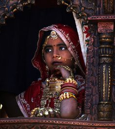 В Индии детям часто ставят чёрную отметку на лбу от злых духов Kids Around The World, We Are The World, People Around The World, Traditional Fashion, Traditional Outfits, Beautiful World, Beautiful People, Mother India, Innocent Girl