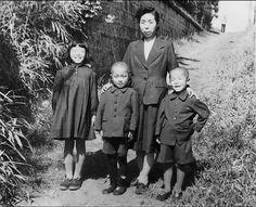 撮影年代:1930年代? 撮影場所:不明 内容:撮影年代は不明です。手がかりがありません。服のデザインから戦前かなと勝手に推察しましたが、戦後の昭和20年代後半から30年代初めぐらいかにも思えます。母親と子供3人のスナップですが、撮影者はお父さんでしょうか?子供たちの表情がいいです。