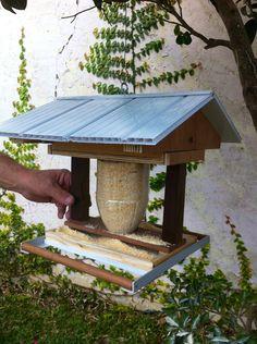 Decorando o jardim e alimentando os pássaros.
