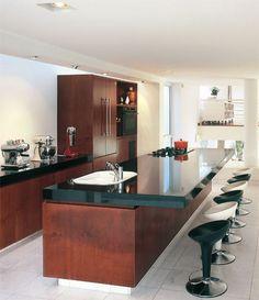 Esta cozinha gourmet é dentro da sala. Piso em marmore carrara/ bancada em granito preto sao gabriel/ armarios madeira cumaru. Detalhe que a bancada não sobe na parede para não ficar pesado o ambiente.