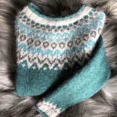 Nok en nydelig Riddari innsendt fra kunde, ligger klar i bu Fair Isle Knitting Patterns, Fair Isle Pattern, Knitting Stitches, Icelandic Sweaters, Wool Sweaters, Manta Crochet, Knit Crochet, Textiles, Norwegian Knitting