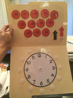 Free clock file folder activity. Place the minutes in the right spot! What a fun hands-on way to teach time to kindergarten and first grade kids! #teachingtime