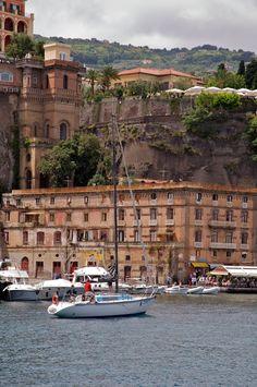 Met de boot langs de Italiaanse kust. Hotel in the Rock - Sorrento, Italy oversteken naar Corsica en daarna Sardinië