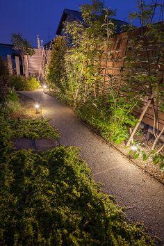 あたたかな光と植栽でお客様をもてなす。玄関まで導く庭の小路。 #lightingmeister #pinterest #gardenlighting #outdoorlighting #exterior #garden #light #house #home #planting #omotenashi #entrance #guide #alley #narrowlane #植栽 #おもてなし #エントランス #玄関 #導く #誘導 #ガイド #小路 #小道 #庭 Instagram https://instagram.com/lightingmeister/ Facebook https://www.facebook.com/LightingMeister