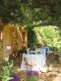 A la sombra  Glicina, parra y rosa Madame Alfred Carrière envuelven el porche: lo protegen del sol en verano y dejan que pasen sus rayos en ...