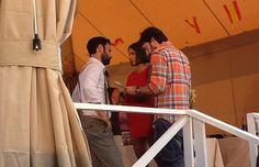 Daniel Sánchez Arévalo con dos de los actores en el rodaje de 'La gran familia española'