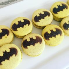 Batman... #maymacarons #personalizados #nossosmacarons Macarons, Macaron Cookies, Macaron Recipe, Batman Birthday, Ben Affleck, Confectionery, Sweet Tooth, Cooking Recipes, Party Ideas