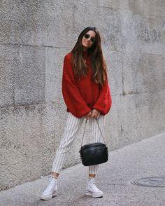 Aquí vemos el tono más gustado de esta temporada, el rojo, en este jersey de Zara llamativo y calentito. Se une a la tendencia a rayas con un pantalón largo muy elegante y destaca la comodidad con unas zapatillas deportivas de corte alto.