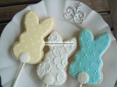 Here's Easter Bunny cookie recipe & an exhaustive list of best decorated Easter bunny cookies. Check cute Easter bunny cookies pictures and inspire yourself Fancy Cookies, Iced Cookies, Cute Cookies, Easter Cookies, Cookies Et Biscuits, Holiday Cookies, Royal Icing Cookies, Cupcake Cookies, Sugar Cookies