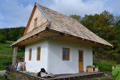Building a loadbearing Straw Bale House in Zaježka Ecovillage, Slovakia Tyni House, Maine House, Tiny House Community, Stucco Exterior, Clay Houses, Straw Bales, Desert Homes, Interior Garden, Earthship