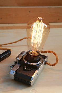 Lampada da tavolo con fotocamera analogica STX-1 di Fujica. Cavo in treccia, interruttore on-off e lampadina Edison inclusa.