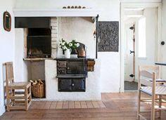 Lantliv_vedspis_Dennis_sommarhus6an-670x487 Oven Design, Kitchen Design, Alter Herd, Unfitted Kitchen, Interior Styling, Interior Design, My Ideal Home, Timber Frame Homes, Swedish House